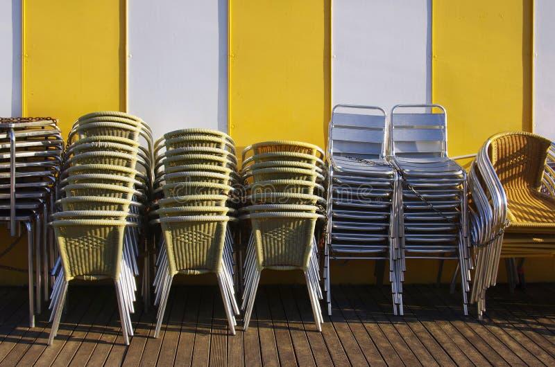 Стога стулов и таблиц стоковые изображения rf