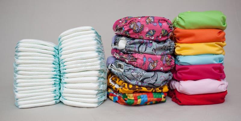 Стога устранимых пеленок и современных пеленок ткани стоковое фото rf