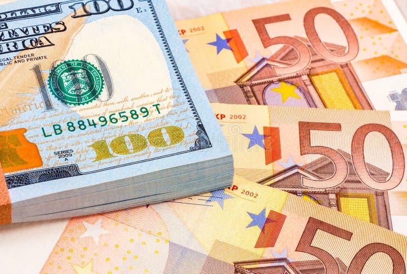 Стог 100 американских долларовых банкнот и банкнот евро стоковая фотография rf
