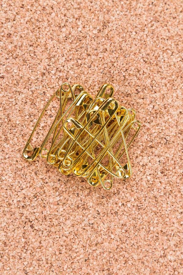 Стог английских булавок покрашенных золотом на пробочке стоковые изображения