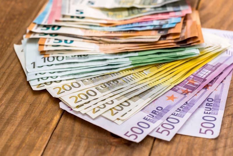 Стог банкнот евро на деревянной предпосылке стоковое изображение