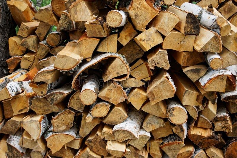 Стог березовой древесины подготовленный для разжигать дружественные к Эко и естественные детали стоковые фотографии rf