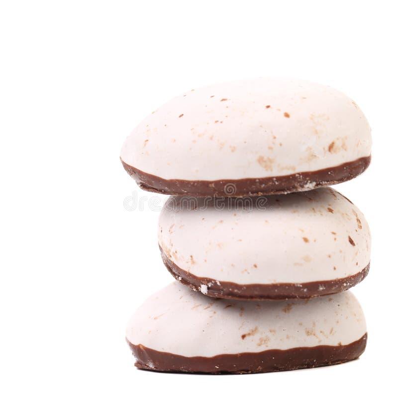 Стог белизны целует печенья с шоколадом. стоковая фотография