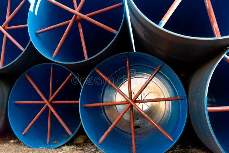 Стог больших труб открытого моря используемых как тоннель воды в проекте полива 1 стоковое фото