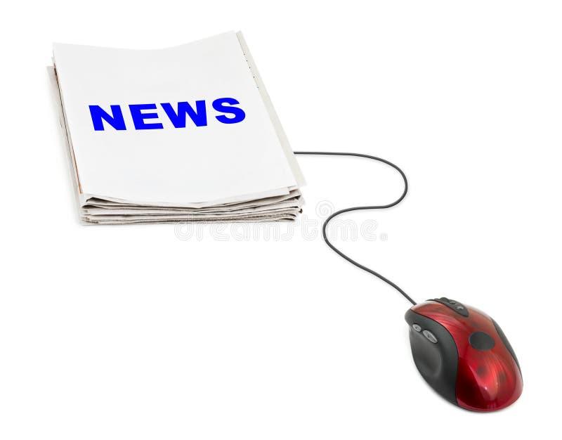 Стог газет новостей и мыши компьютера стоковое фото