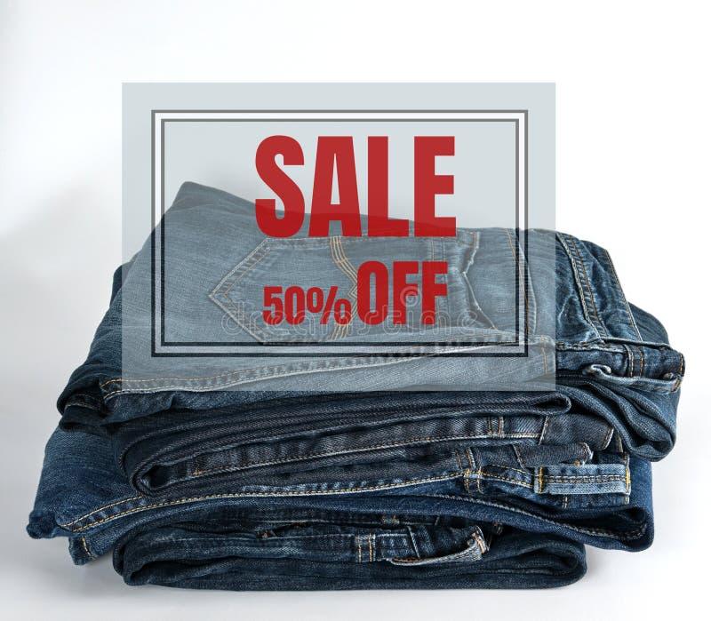 стог голубых джинсов на белой предпосылке стоковая фотография rf