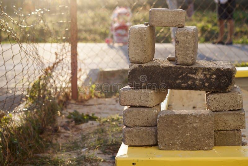 Стог грубых естественных коричневых неровных различных размеров и бетонных плит форм каменных для учреждения на сбалансированной  стоковое фото
