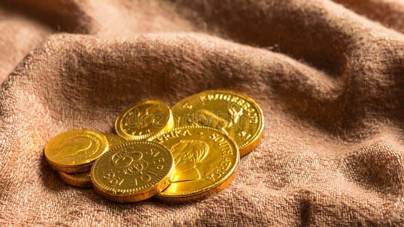 Стог денег шоколада золотых монеток шоколада стоковые изображения