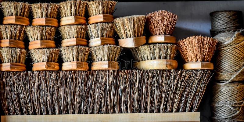 Стог деревянных щеток и шпагата щетинки стоковые фотографии rf