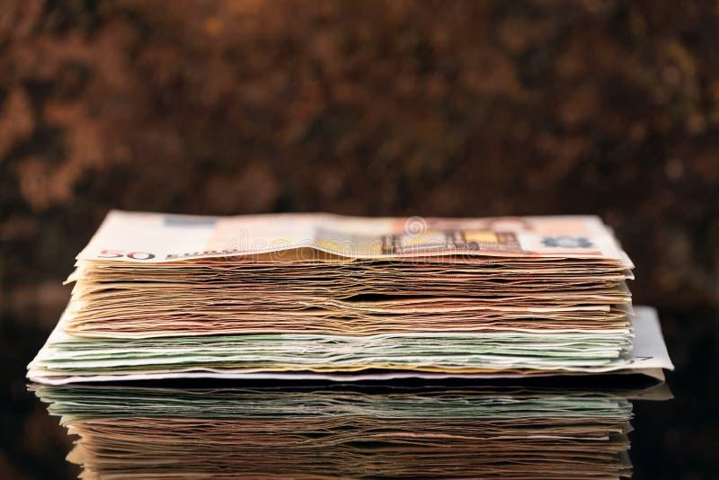 Стог евро, банкноты за пятьдесят и hundrets стоковое изображение rf