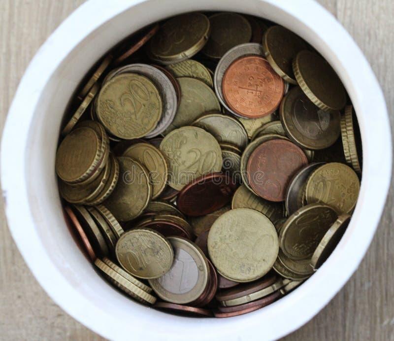 Стог евро чеканит в предпосылке бака деревянной стоковая фотография rf