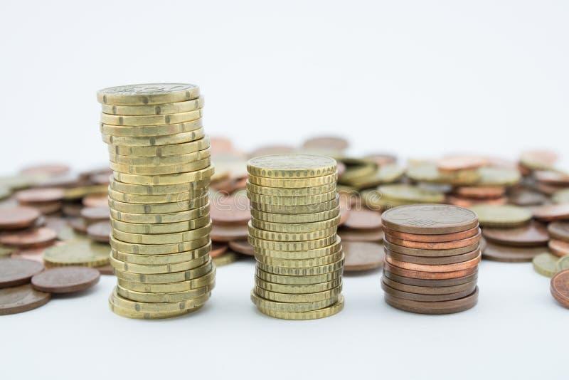 Стог золотых и бронзовых монеток на белой предпосылке Монетки 20 центо стоковые фотографии rf