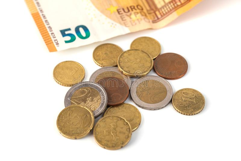 Стог изолированных банкнот и монеток евро Banknot евро 50 стоковые фото