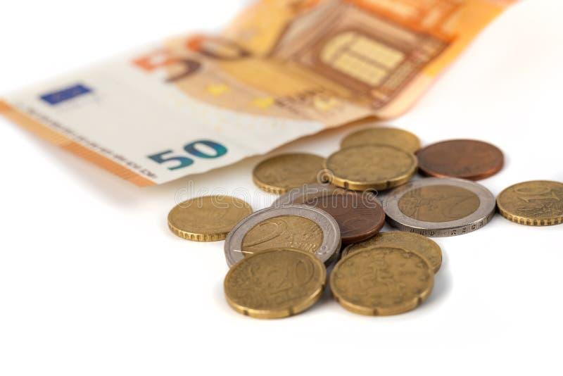 Стог изолированных банкнот и монеток евро Banknot евро 50 стоковое фото