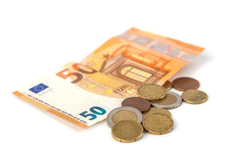Стог изолированных банкнот и монеток евро Banknot евро 50 стоковое фото rf