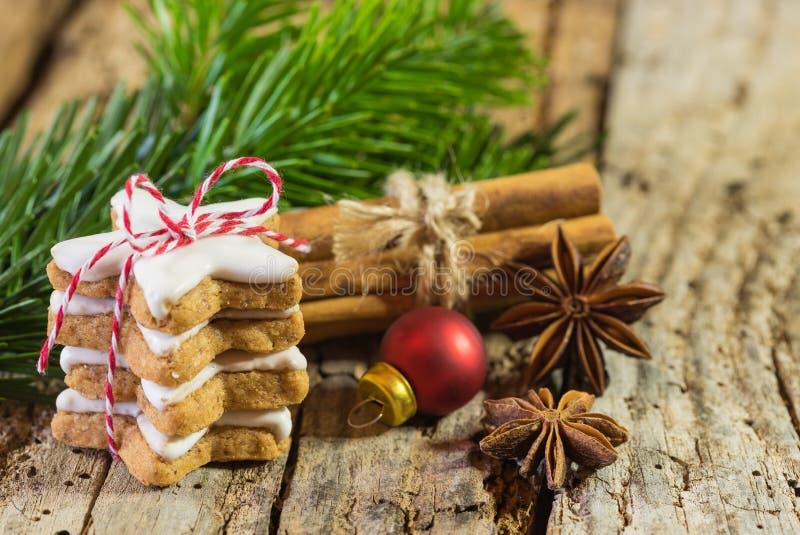 Стог и специи печений звезды рождества на древесине стоковое изображение