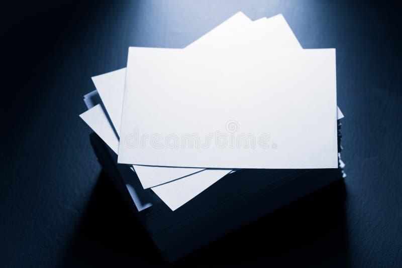 Стог карточек белой бумаги стоковые изображения