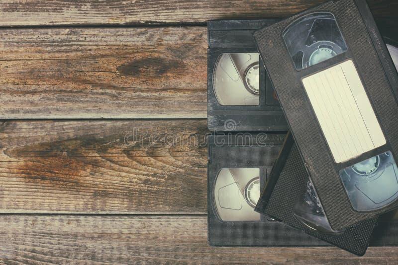 Стог кассеты магнитной ленты для видеозаписи VHS над деревянной предпосылкой Фото взгляд сверху стоковая фотография