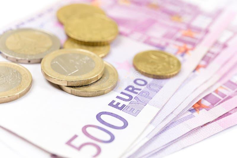 Стог конца-вверх банкнот и монеток евро 500 банкнот евро стоковое изображение
