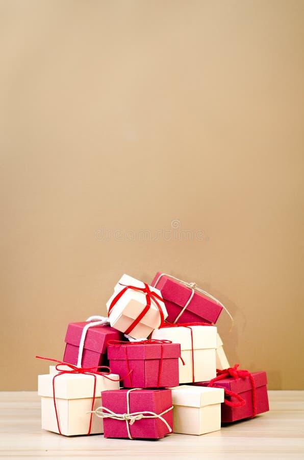 Стог красной и бежевой подарочной коробки стоковые фото