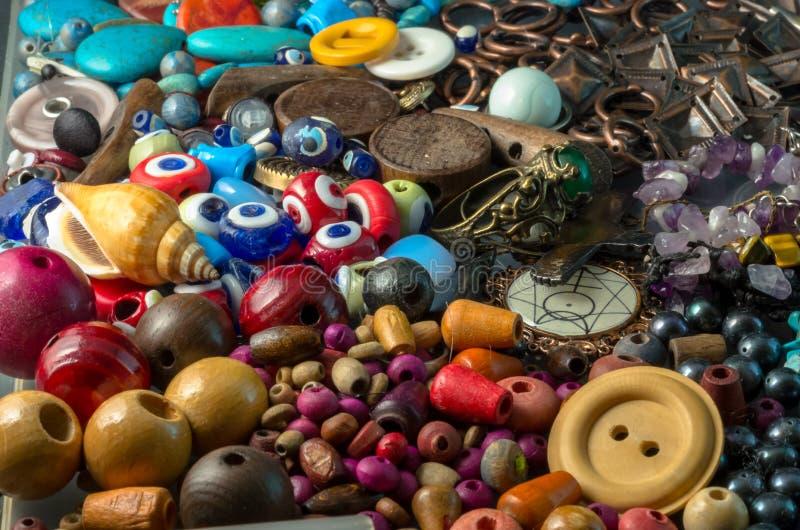 Стог красочных деревянных шариков, кнопок, жемчугов, глаз дьявола, и деталей металла стоковое фото rf