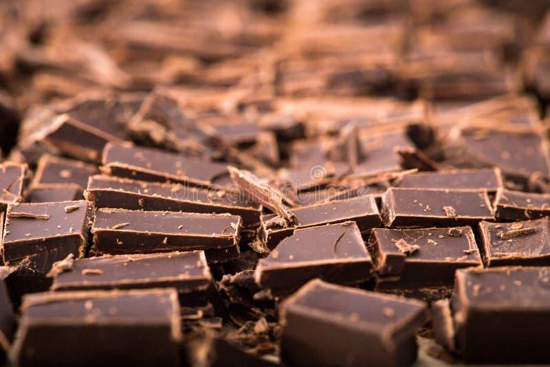 Стог кусков шоколада с лист мяты темный шоколад над wo стоковое фото