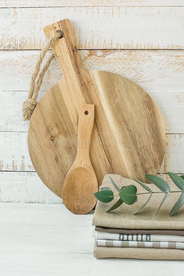 Стог ложки разделочной доски круглого ремесленника деревянный Linen полотенец кухни хлопка на белом Kinfolk стиля Провансали скан стоковые фотографии rf