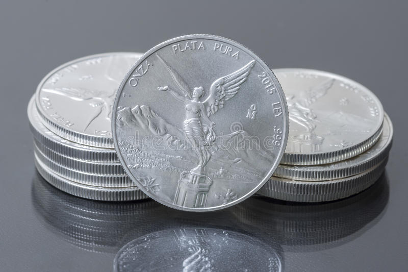 Стог мексиканских серебряных весовых монет стоковая фотография