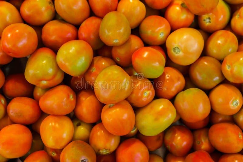 Стог много свежих томатов в рынке стоковое фото rf