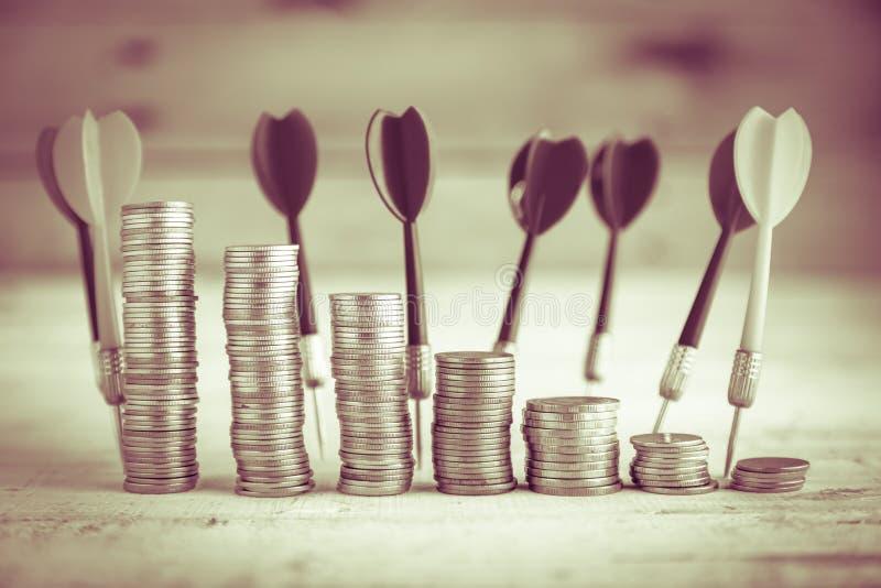 Стог монетки и красной стрелки дротика стоковые фотографии rf