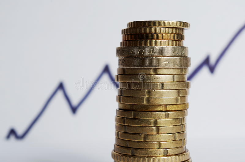 Стог монеток и поднимая линии позади стоковое изображение rf