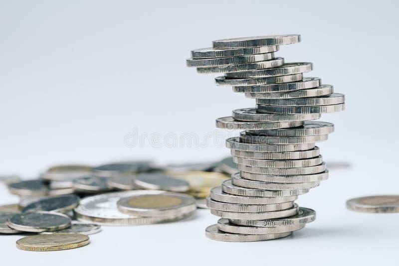 Стог монеток, неопределенность зигзага неустойчивый дела, риска  стоковое фото