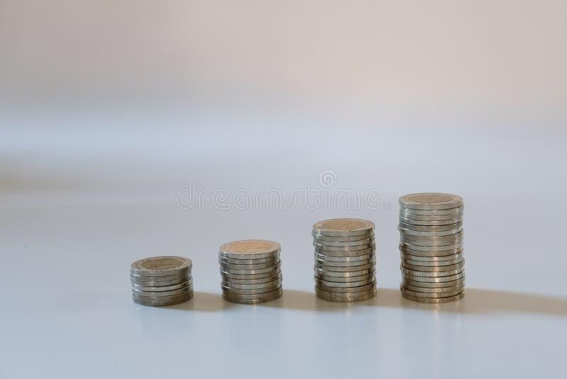 Стог монеток сбережения денег, депозит наличных денег, жулик роста дела стоковая фотография rf