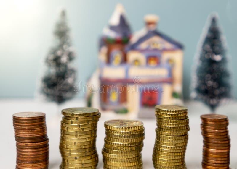 Стог монеток с концепцией дома на заднем плане свойства вклада стоковые изображения rf
