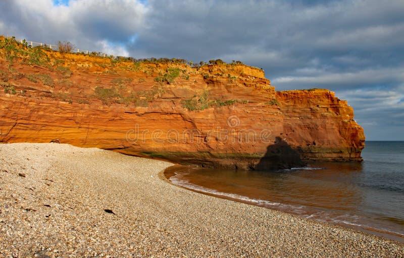 Стог моря песчаника на заливе Ladram около Sidmouth, Девона в выравниваясь солнце Часть южного западного прибрежного пути стоковые фото