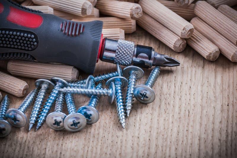 Стог ногтей деревянных контрольных штифтов стальных и изолированного turnscrew стоковое фото rf
