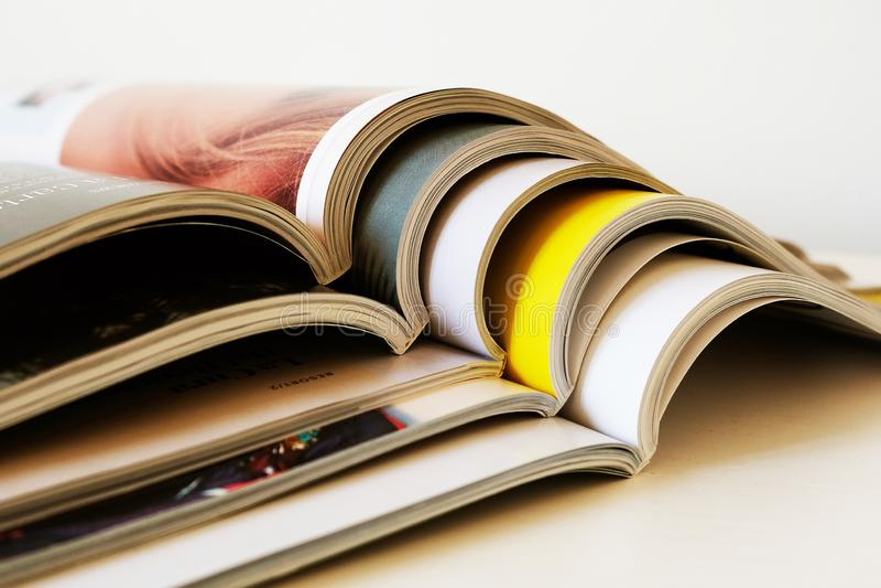 Стог открытых напечатанных журналов стоковое фото