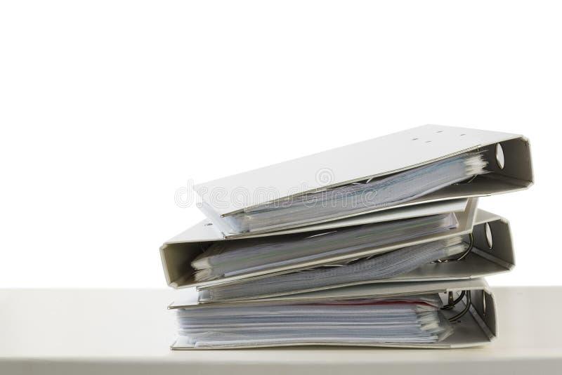Стог папок на столе изолированном на белой предпосылке, busin стоковое изображение