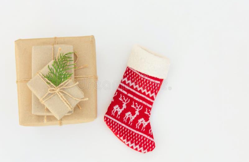 Стог подарочных коробок различных размеров обернутых в бумаге ремесла связанной при шпагат украшенный с красным цветом можжевельн стоковая фотография rf