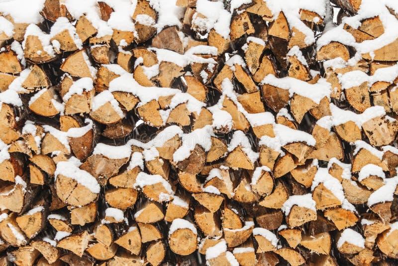 Стог древесины отрезанный с снегом стоковые изображения rf