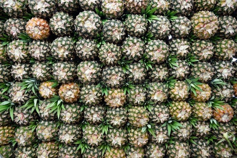 Стог свежих зрелых ананасов в бирже сельскохозяйственных товаров фермеров в Богота, Колумбии стоковые фотографии rf