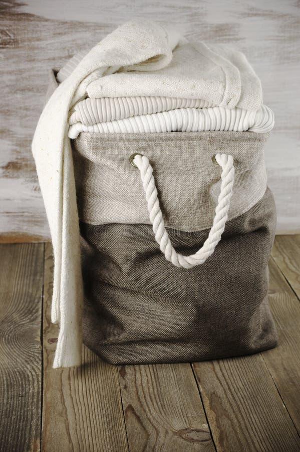 Стог свитеров в корзине ткани стоковые фотографии rf