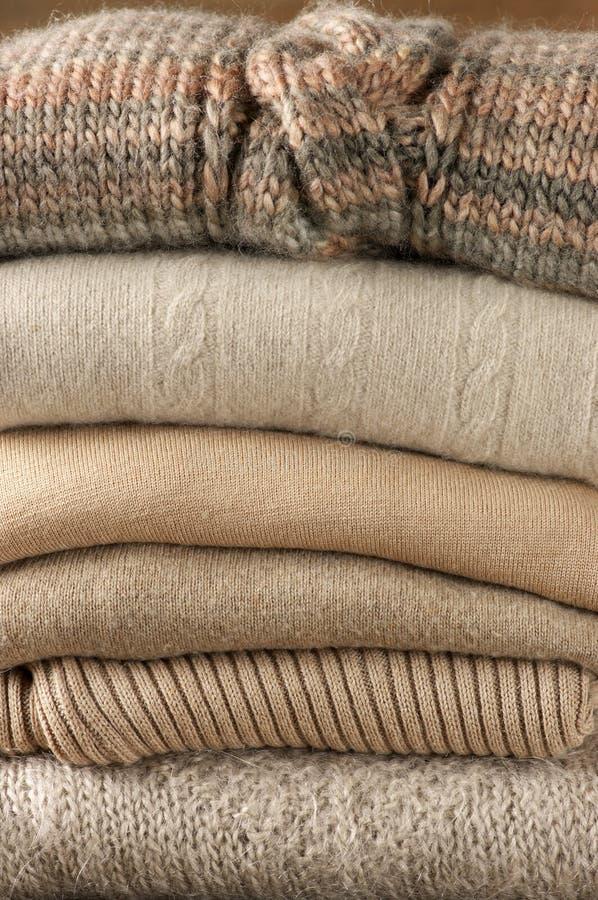 Стог связанных свитеров стоковые фото