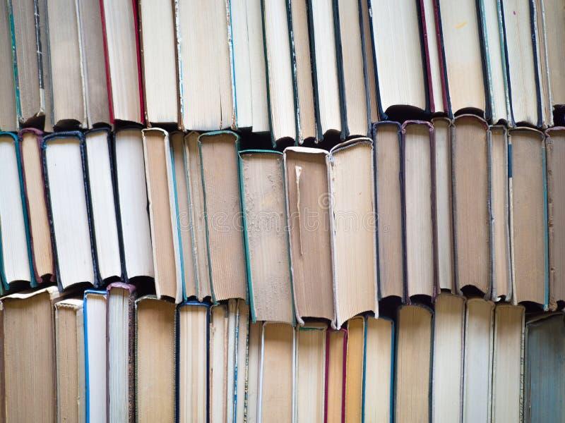 Стог старые книги Концепция концепции премудрости, знания и образования стоковые изображения