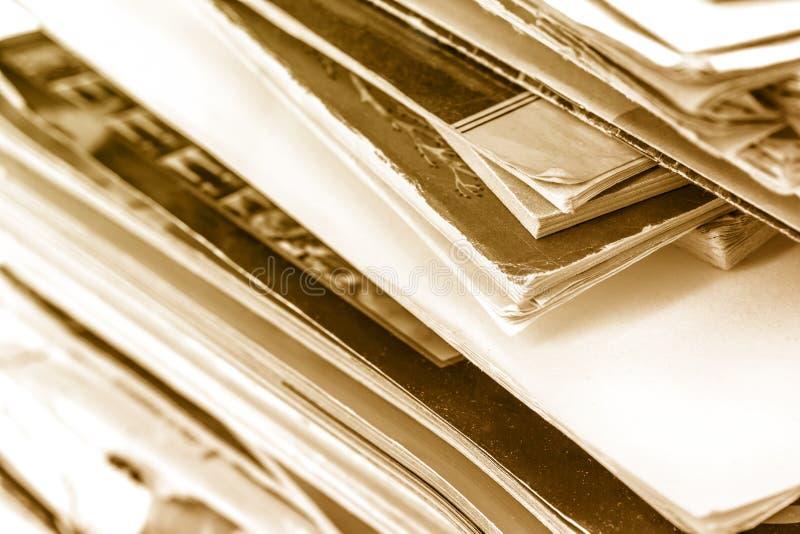 Стог старых книг и кассет стоковые фотографии rf