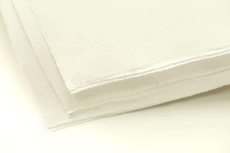 Стог страниц белой бумаги с неровными краями стоковая фотография