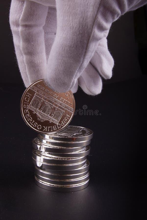Стог точных серебряных монет миллиарда стоковые фото