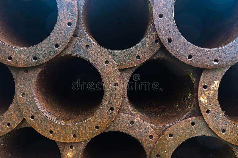 Стог трубопровода металла ржавчины в фабрике стоковая фотография