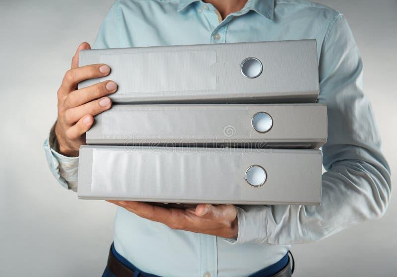 Стог удерживания человека папок с документами стоковая фотография