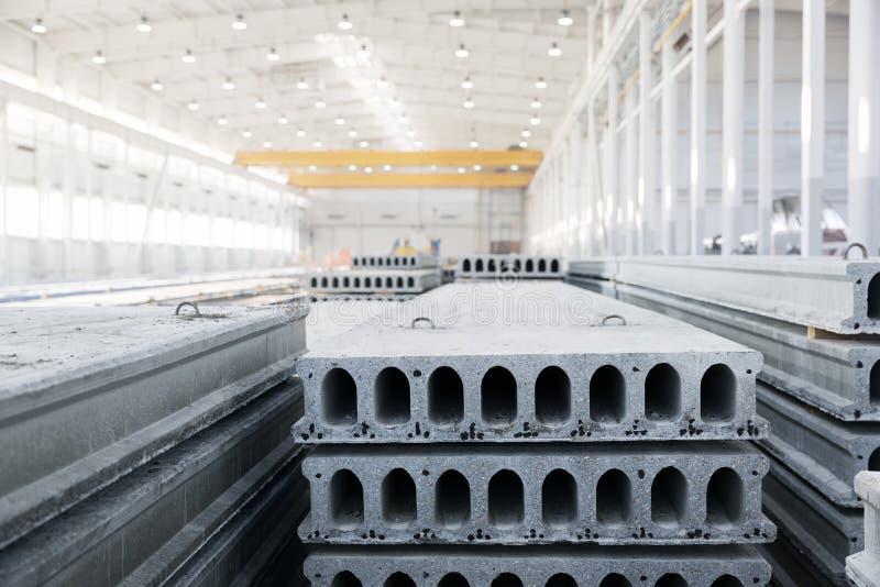 Стог усиленных бетонных плит в мастерской фабрики стоковые изображения